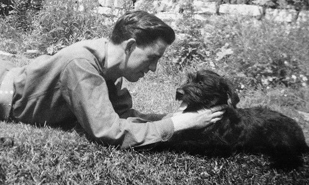 J.D. Salinger e seu cachorrinho. Créditos: Paul Fitzgerald/The Story Factory