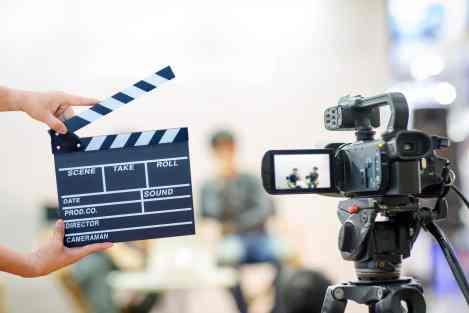 maos-de-homem-segurando-claquete-para-producao-de-video