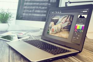 computador-com-photoshop-editando-imagem
