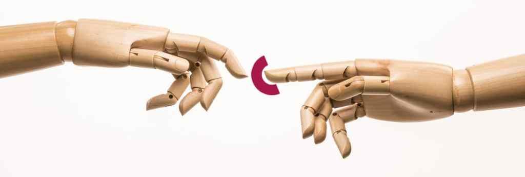 Mãos que se tocam representando uma extensão, apoio.