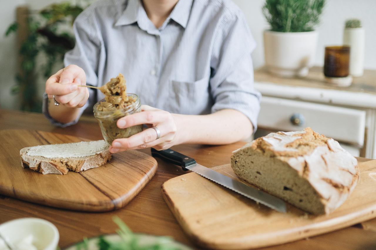 Frau nimmt ein Löffel von Zwiebel und Feige Chutney