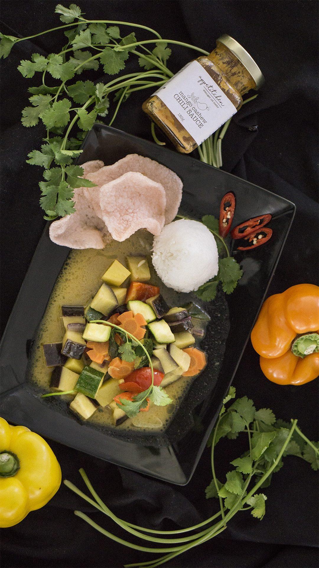 Ein Teller mit Gemüse Curry und Reis mit Chili Sauce Rezept