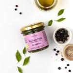 Ein Glas Pesto mit Basilikum, Myrtenbeere und feinstem Olivenöl