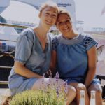 Zwei Frauen in Jeanskleider