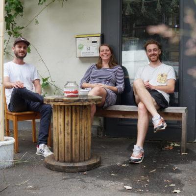 Saatgutkonfetti Gründer sitzend auf Bank