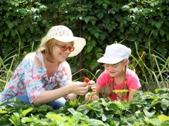 mother daughter gardening 2