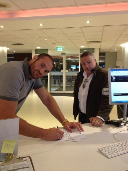 tyson fury signs to fight Haye