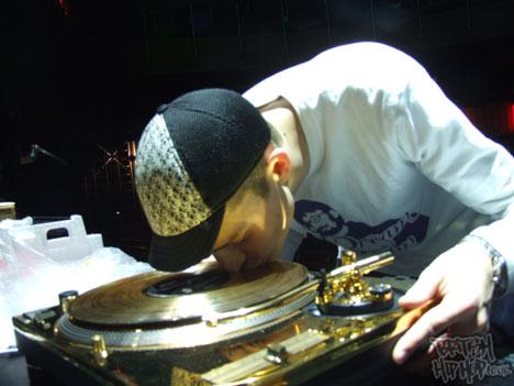 DJ Rafik kissing the gold deck