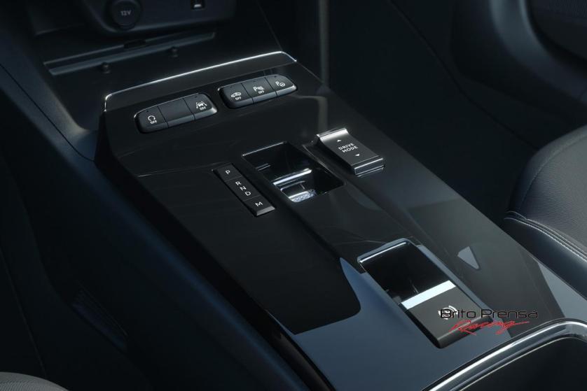 La botonera física se concentra en la base de la consola central siendo muy intuitiva