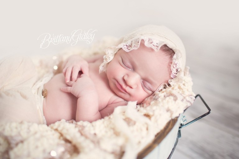 Newborn Family Photography | Baby Girl | Cleveland | Natural Light | Cream| Dream Sessions