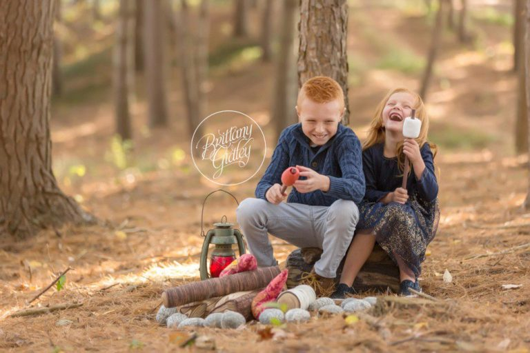 Siblings | Campfire Minis | Christmas Card Ideas | www.brittanygidleyphotography.com
