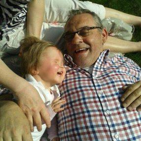 Deze foto is mijn favoriet! Britt nog maar een klein meisje en al zo'n lol met opa!