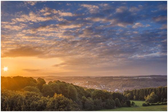 Juni: Morgenstimmung über Bad Marienberg
