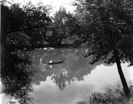 Broad_Ripple_Park_man_in_canoe_1920_Bass_