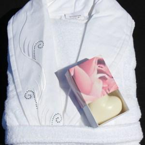 Ett härlig paket med en lyxig badrock och en hjärtformad tvål.