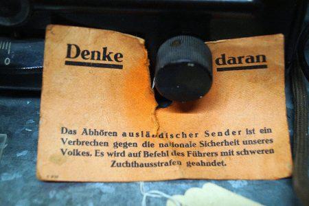 """roter Hinweis-Zettel an Volksempfänger (DKE GW 110-240): """"Denke daran"""""""
