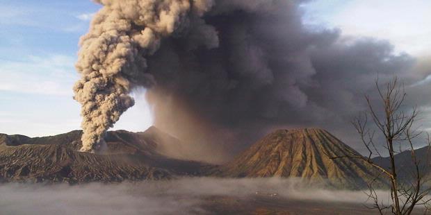 letusan gunung berapi sumber : www.yoshiwafa.com