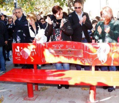 thumbnail_foto-inaugurazione-panchina-rossa-in-piazza-loreto-il-28-11-16