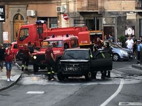 BRONTE: INCENDIO AUTO IN PIENO CENTRO – IL VIDEO