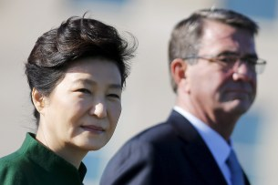 South Korea's President Park Geun-hye and U.S. Secretary of Defense Ash Carter attend a military honors arrival ceremony at the Pentagon in Washington October 15, 2015. REUTERS/Carlos Barria - RTS4M9O