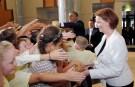 U.S. President Barack Obama and Australia's Prime Minister Julia Gillard (R) greet students from Dungog Primary School at Parliament House in Canberra, Australia, November 16, 2011.  REUTERS/Jason Reed   (AUSTRALIA - Tags: POLITICS) - RTR2U2Q6