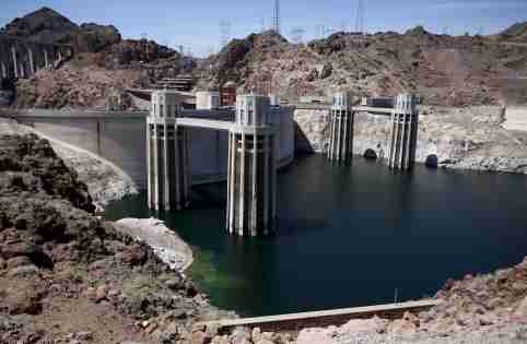 Hoover Dam is seen with low water levels of Lake Mead on the Nevada and Arizona border April 11, 2015. Picture taken April 11, 2015.  REUTERS/Jim Urquhart  - RTR4X0X8