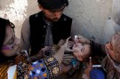 A boy receives polio vaccine drops by anti-polio vaccination workers along a street in Quetta, Pakistan January 2, 2017. REUTERS/ Naseer Ahmed - RC120DF331E0