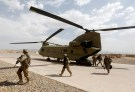 U.S. troops walk from a Chinook helicopter in Uruzgan province, Afghanistan July 7, 2017.  REUTERS/Omar Sobhani - RC1D627487C0