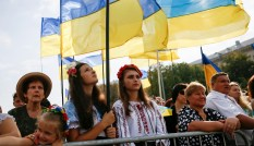 People attend a ceremony marking the Day of the State Flag, on the eve of the Independence Day, in Kyiv, Ukraine, August 23, 2016. REUTERS/Gleb Garanich - S1BETXBGVWAB