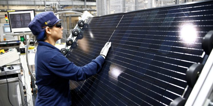 An employee makes a final inspection on panels during a tour of an REC solar panel manufacturing plant in Singapore May 5, 2017. Picture taken May 5, 2017.  REUTERS/Edgar Su - RC17A89FB5A0