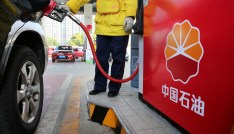 A gas station attendant pumps fuel into a customer's car at PetroChina's petrol station in Nantong, Jiangsu province, China March 28, 2018. Picture taken March 28, 2018. REUTERS/Stringer ATTENTION EDITORS - THIS IMAGE WAS PROVIDED BY A THIRD PARTY. CHINA OUT. - RC1D409DBC40
