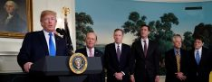 U.S. President Donald Trump, flanked by ?Commerce Secretary Wilbur Ross, U.S. Trade Representative Robert Lighthizer, White House Homeland Security Advisor Tom Bossert, Assistant to the President Peter Navarro and Deputy Assistant to the President for International Economic Affairs Everett Eissenstat, delivers remarks before signing a memorandum on intellectual property tariffs on high-tech goods from China, at the White House in Washington, U.S. March 22, 2018. REUTERS/Jonathan Ernst - RC153113ADA0