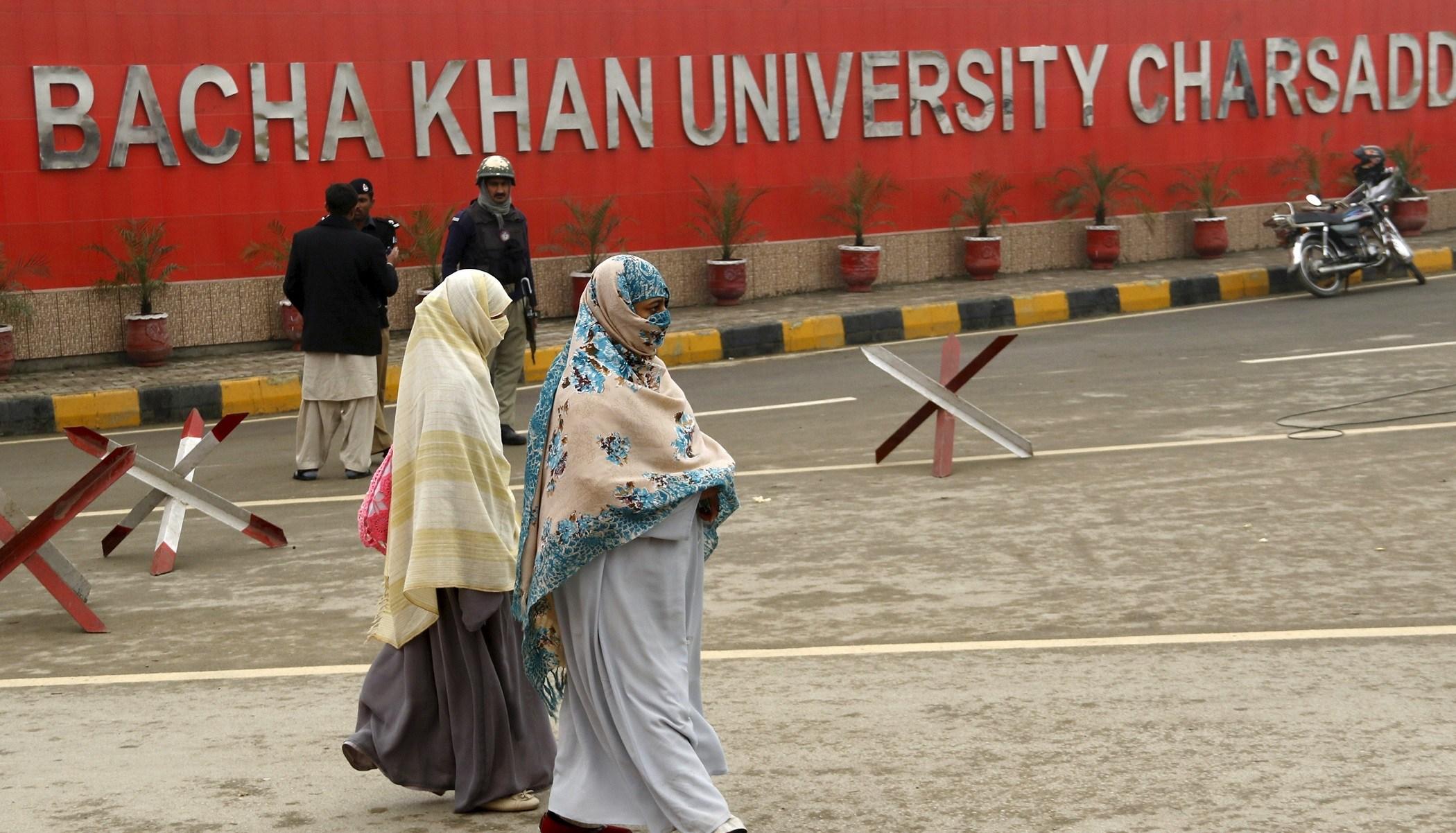 Students leave their campus at Bacha Khan University in Charsadda, Pakistan January 25, 2016. REUTERS/Khuram Parvez - GF20000106219