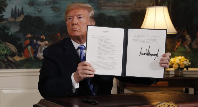 U.S. President Donald Trump displays a presidential memorandum after announcing his intent to withdraw from the JCPOA Iran nuclear agreement in the Diplomatic Room at the White House in Washington, U.S., May 8, 2018. REUTERS/Jonathan Ernst - HP1EE581FULTV