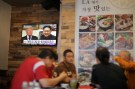 People look at a television screen with news of U.S. President Donald Trump's planned meeting of North Korea's Kim Jong Un in Koreatown, Los Angeles, California, April 27, 2018. REUTERS/Lucy Nicholson