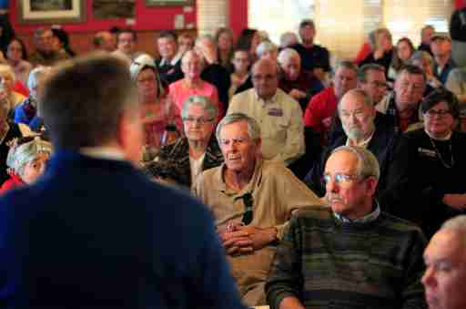 Supporters watch and listen as U.S. Republican presidential candidate and Ohio Governor John Kasich speaks at a town hall meeting at Applewood House of Pancakes in Pawleys Island, South Carolina, February 11, 2016.  REUTERS/Randall Hill - D1BESMLOUBAA
