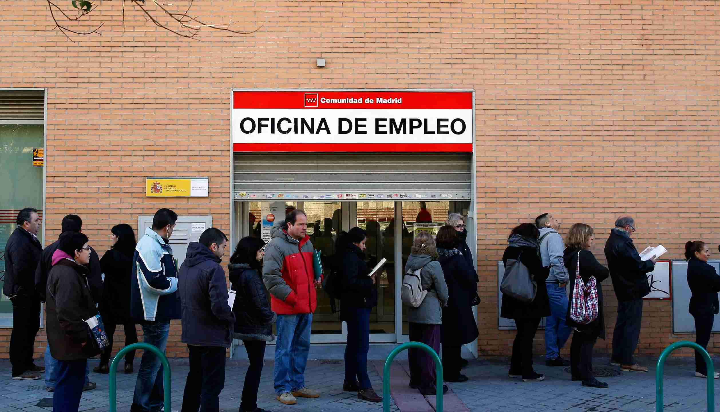 People wait in line in front of a government-run employment office in Madrid March 4, 2014. The number of registered jobless in Spain fell by 0.04 percent in February from a month earlier, or by 1,949 people, leaving 4.8 million people out of work, data from the Labour Ministry showed on Tuesday. It was the first time that the jobless figure fell in the month of February since the start of Spain's financial crisis in 2007. REUTERS/Andrea Comas (SPAIN - Tags: POLITICS BUSINESS EMPLOYMENT TPX IMAGES OF THE DAY) - GM1EA341GNO01