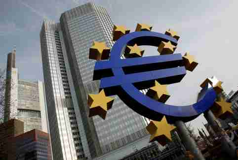 FILE PHOTO: A sculpture showing the Euro currency sign is seen in front of the European Central Bank (ECB) headquarters in Frankfurt, December 8, 2011.   REUTERS/Alex Domanski/File Photo - RC1A5F89B620