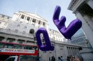 Supporters of Positive Money hold up balloons in front of the Bank of England during a demonstration to demand quantitative easing which favours people instead of large financial institutions, in the City of London, in Britain November 3, 2016. REUTERS/Peter Nicholls - LR1ECB30V9J9T