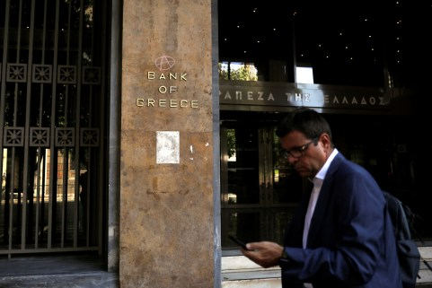 A man walks past the Bank of Greece headquarters in Athens, Greece, August 20, 2018. REUTERS/Alkis Konstantinidis - RC1503BA14D0