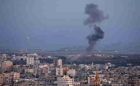 Smoke rises during an Israeli air strike in Gaza, November 12, 2018. REUTERS/Ahmed Zakot - RC1B4F7D7DE0