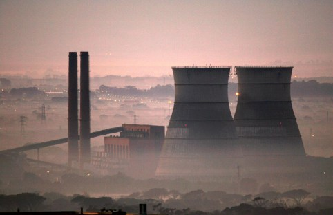 Early morning smog shrouds cooling towers of a power plant in Cape Town, South Africa, June 8, 2006.    REUTERS/Mike Hutchings/File Photo - D1BEUEVDZVAB