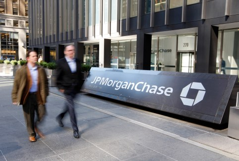People walk past the JPMorgan Chase & Co building after Chase said yesterday it was buying Bear Stearns for $2 a share in New York March 17, 2008. REUTERS/Chip East  (UNITED STATES) - GM1E43H1UHA01