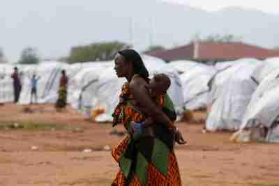 An Ethiopian asylum seeker carries an infant in the Dambala Fuchana refugee camp near the Ethiopian-Kenyan border town of Moyale, Kenya, March 27, 2018. Picture taken March 27, 2018. REUTERS/Baz Ratner - RC1F5BBAC1E0