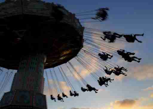 Fair-goers enjoy a ride as the sun sets at the annual San Diego County Fair in Del Mar, California June 25, 2015. REUTERS/Mike Blake TPX IMAGES OF THE DAY - GF10000139524