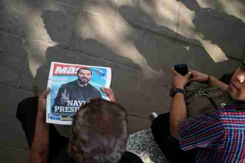A man reads a newspaper with the picture of presidential candidate Nayib Bukele, who proclaimed himself the winner of the presidential election, in San Salvador, El Salvador, February 4, 2019. REUTERS/Jose Cabezas - RC1E1FB2F750