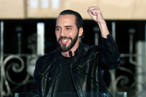 Presidential candidate Nayib Bukele of the Great National Alliance (GANA) gestures to his supporters after official results in downtown San Salvador, El Salvador February 3, 2019. REUTERS/Jose Cabezas - RC1DBAEDEFD0