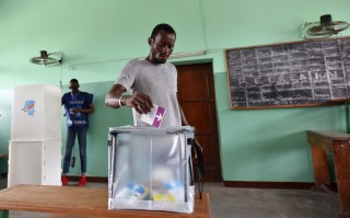 A voter casts his ballot at a polling station during the presidential election in Kinshasa, Democratic Republic of Congo, December 30, 2018. REUTERS/Olivia Acland - RC190B6199F0