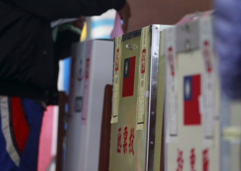 A voter casts his ballot at a polling station during general elections in New Taipei City, Taiwan January 16, 2016.  REUTERS/Pichi Chuang - GF20000096424