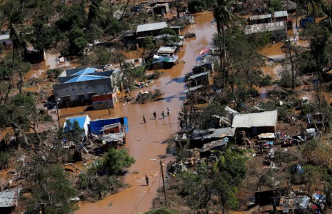 Locals affected by Cyclone Idai walk on flooded land in Buzi district outside Beira, Mozambique, March 21, 2019. REUTERS/Siphiwe Sibeko - RC12561ABC30